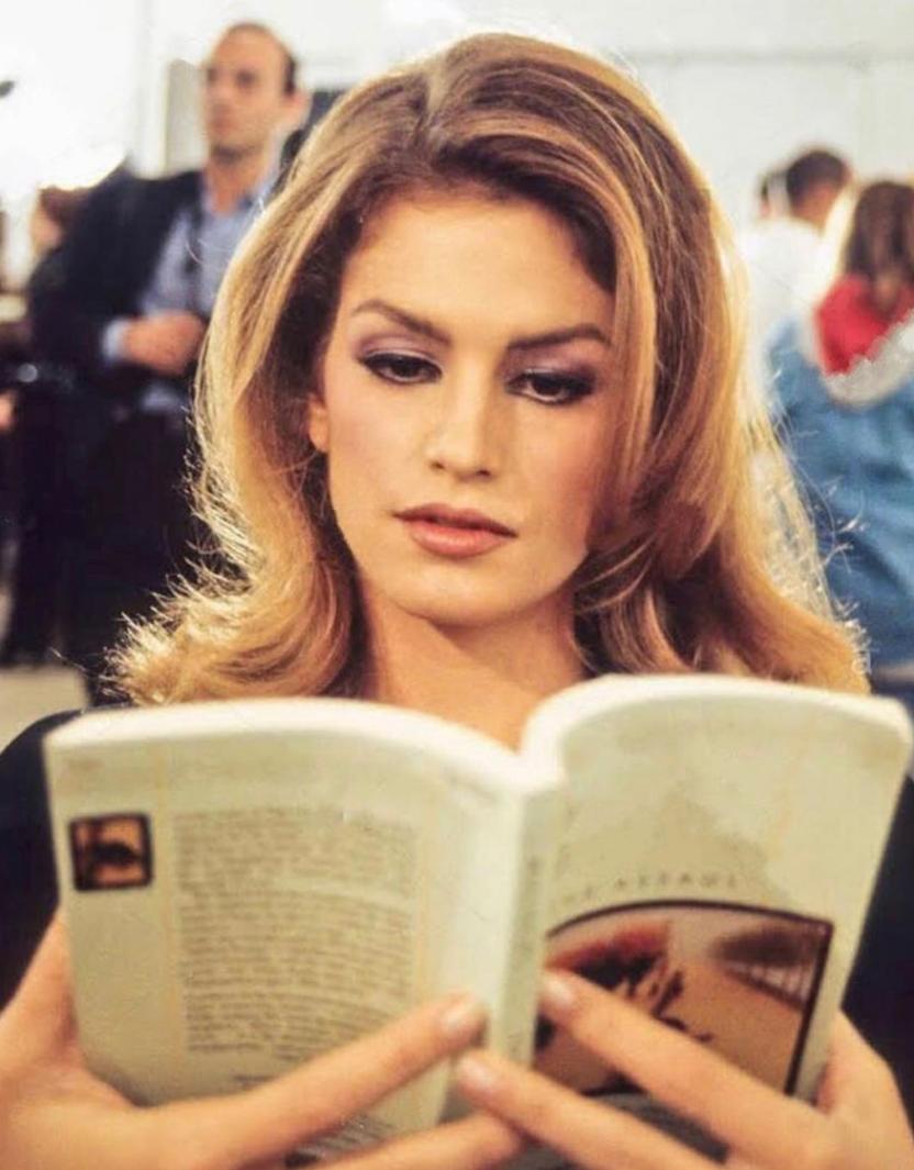 cindy_crawford_reading_book